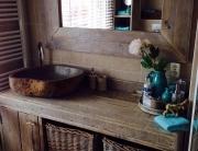 Donkere badkamer steigerhout